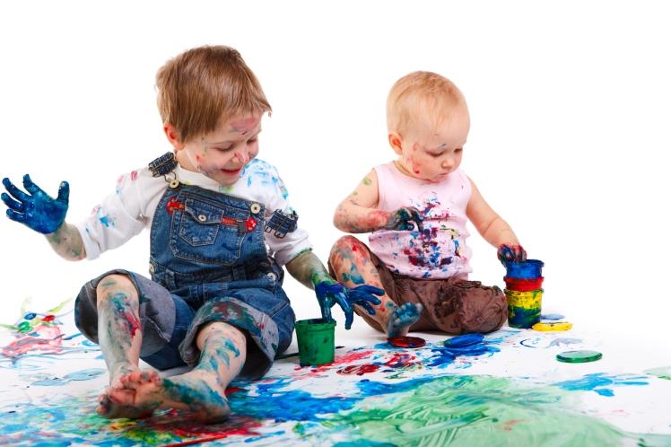niños pintando en superficie blanca