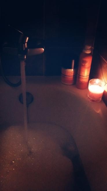La luz de una vela hace que los baños sean aún más relajantes