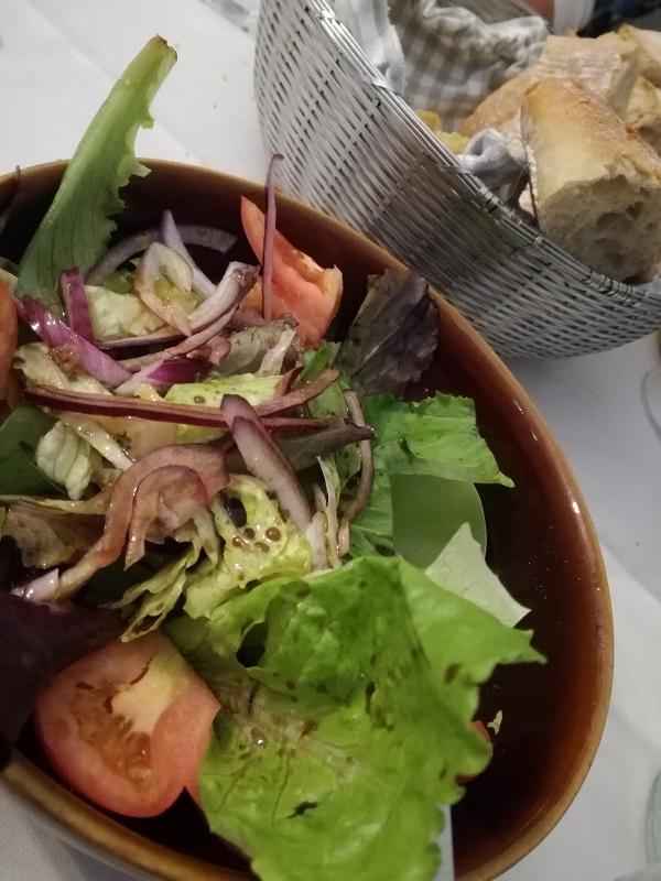 ensalada y pan molin de mingo